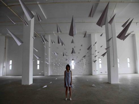 """A instalação """"Eu vôo como papel fico alta como aviões"""" é o trabalho do artista Dawn NG"""