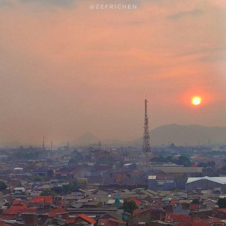 . Matahari Senja [Evening Sun] . _________________________________________________________ #Zenfonegraphyindonesia #cityscape #landscape #phonephotography #kf_ponsel #kfponsel #zenfonegraphy_medan #discoveryindonesia #geonusantara #longexposure #ig_cameras_united #icu_nightlife #ci_jakarta #cameraindonesia #mataponsel #nationalgeographic #hypebeast #icu_indonesia #photophoneid #bandung #landscaper