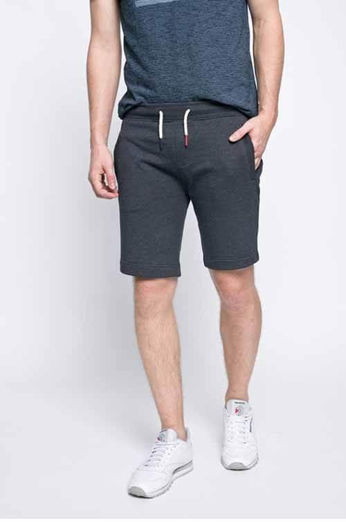 Acest model de pantaloni scurti din colectia HILFIGER DENIM sunt confectionati din tricot neted, au buzunare oblice si snur in talie. Pantalonii sunt pana la genunchi si au fanson drept.