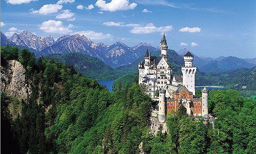www.neuschwanstein.de Slottet har inspireret Disneys Askepot. Ca. 5,5 timer fra Venedig.