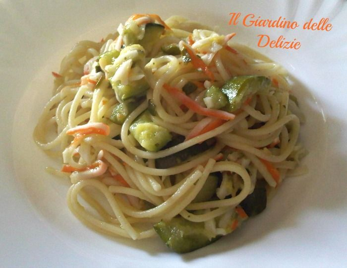 Spaghetti con zucchine e surimi