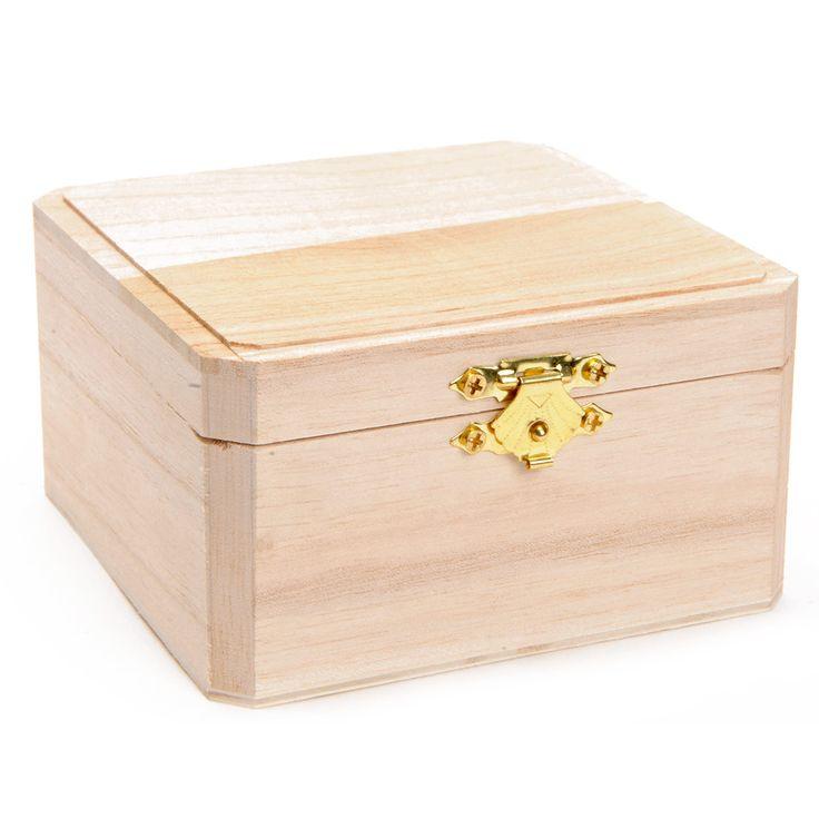 Versier je eigen sieradenkistje van hout met de mooiste kleuren! Het kistje heeft een goudkleurige sluiting. Exclusief versieringsspullen. Afmetingen: 10,5 x 10,5 x 5,5 cm. - Versier je eigen Houten Sieradenkistje