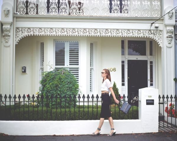 Have always imagined myself in a beautiful white Victorian terrace with black accents and clipped gardens xx