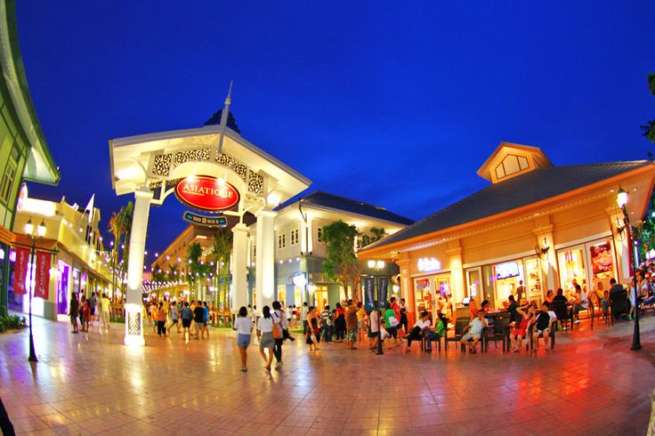 Asiatique has successfully combined two of the most popular shopping experiences in the city: a night bazaar and a mall. Ten minutes downriver from Saphan Taksin BTS station this once-bustling international trade port has been transformed, with over 1,500 boutiques and 40 restaurants housed under a huge replica warehouse