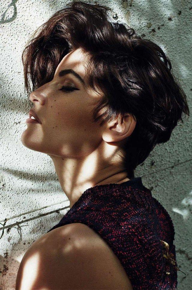 Cheveux courts et peau halée subliment encore un peu plus la belle Laetitia Casta, sensuelle pour l'édition aoûtienne d'Harper's Bazaar Espagne.