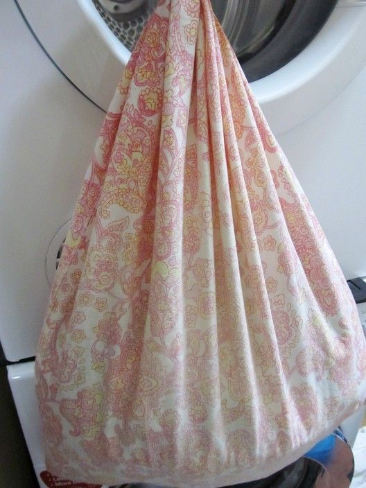 Als je wilt voorkomen dat er pluisjes van dikke truien in je wasmachine terecht komen, kun je deze in een kussensloop wassen.