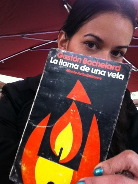 La llama de una vela de Gaston Bachelard. Regalo de cumpleaños de Victor Raul Jaramillo