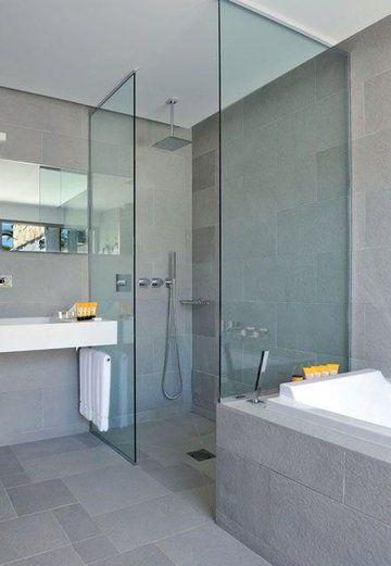Unité de ton pour cet agencement sur mesure : la douche italienne est maçonnée et carrelée (Impronta Italgraniti) comme l'habillage de la baignoire. Le plan-vasque et son miroir ont été imaginés par Christophe Pillet et réalisés par Boffi. Produits Acqua di Parma.