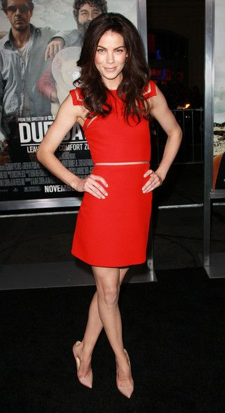 Michelle Monaghan Long Wavy Cut - Michelle wears her dark hair in loose curls for the 'Due Date' premiere.