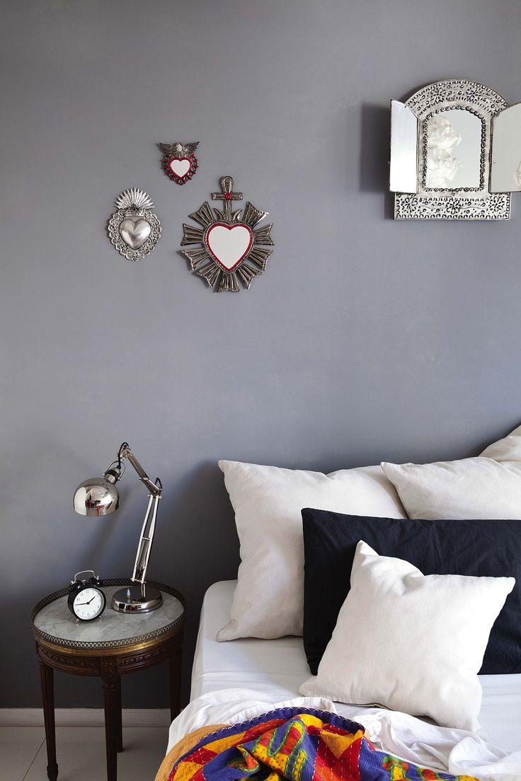 Dormitorio bohemio de un artista visual sanjuanino en gris topo con acentos de color. Dossier Pocos Metros de Living Marzo.