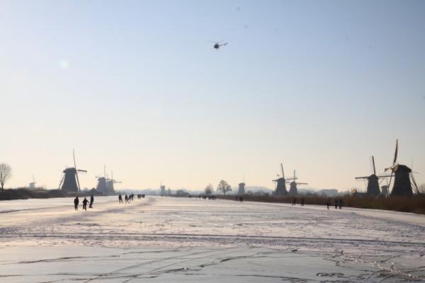 @DeMolentocht Het NOS Journaal maakte luchtopnamen boven Kinderdijk van @demolentocht (Foto Peter Stam - Alblasserdamsnieuws.nl) # pic.twitter.com/oHmFL2Vl