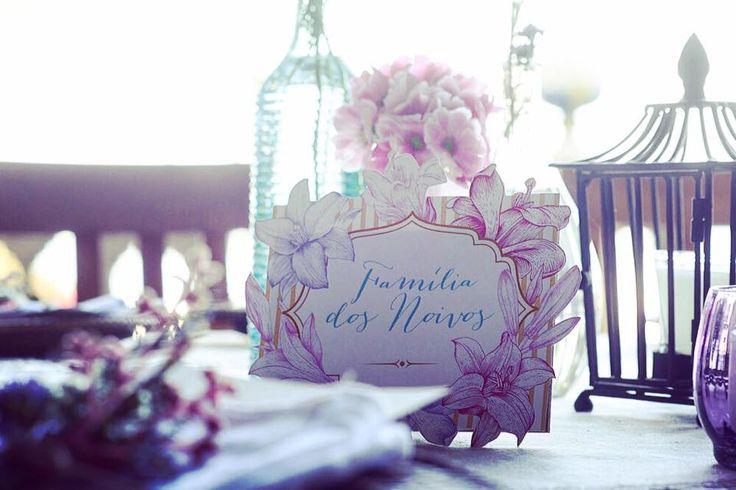 Todo detalhe é importante. Pra marcar a mesa da família fizemos essa lindeza de arte. A identidade visual é uma das nossas marcas #ohlindeza #conceptwedding #wedding #casamento #identidadevisual #direcaodearte #mesadafamilia #mesaposta #detalhes #weddingdetails #details #decoracaodecasamento #weddingdecor #recebercomcharme #weddinginspiration #festadecasamento #weddingparty #noiva #bride