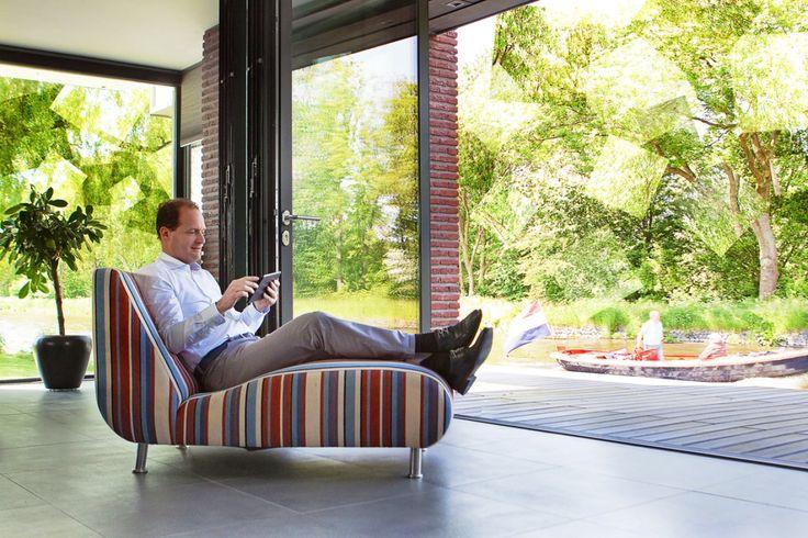 Lekker op de bank binnen buiten zitten. De vouwdeur vouw je snel en gemakkelijk helemaal open.