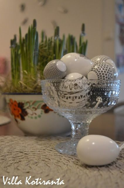 Pääsiäiskoristeet Järvenpään Kukkatalosta. Kulho Iittalan Kastehelmi -sarjaa. / Decorations for Easter from Järvenpään Kukkatalo. Iittala's Kastehelmi glass item.