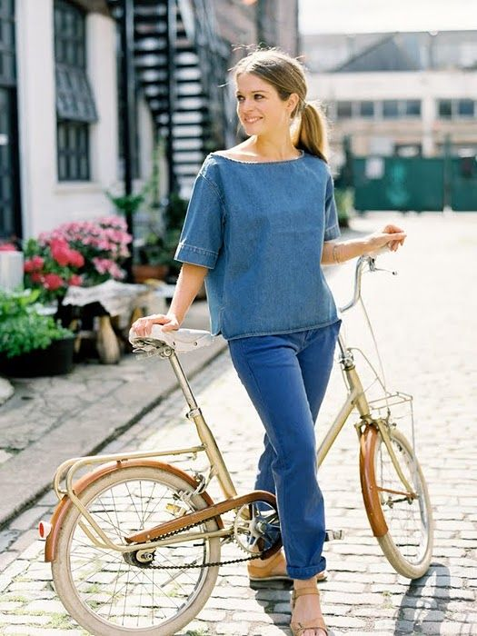A casual jeans and shirt to look to go with a gold bike. >>> Yep, good looking jeans and a fab smock top to go. And the bike is lovely too. Just the sort of bike available at our friend's Bike Shed - Tetbury. Shame they don't do smock tops too! Thanks to Mme Velo for sharing this pin. MAKETRAX.net - STYLE RIDERS