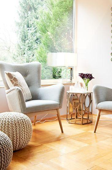 Sessel LADY überzeugt mit dezenter Retro-Optik in angenehmer Farbnuance. Ob als Highlight in puristischen Wohnwelten im Skandi-Style oder in verspielten Vintage-Apartments: LADY macht sich in jedem individuellen Konzept gut. Der Sessel ist mit einem textilen Überzug bespannt, die feinen Stuhlbeine sind aus naturfarbener Eiche gefertigt. LADY hat echtes Lieblingsstück-Potenzial, denn der Sessel schafft eine tolle Spannung zwischen modernem Design und Retro-Optik.