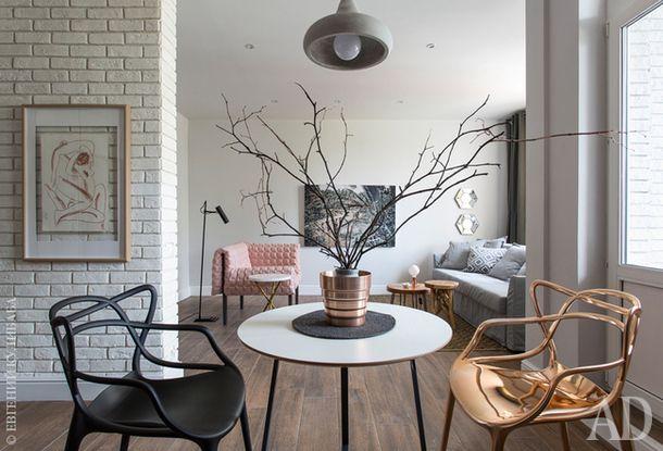 Вид из зоны кухни-столовой на гостиную. Стулья Masters Chair по дизайну Филиппа Старка, Kartell. Стол сделан автором проекта из деталей от двух разных предметов IKEA.