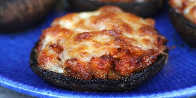 Skønne smagsbomber i form af portobellosvampe fyldt med skinke og pesto samt smeltet ost på toppen - og så er de endda LCHF.