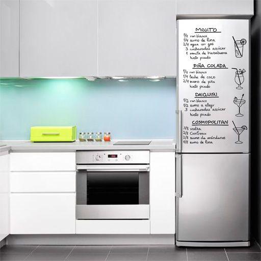Vinilo decorativo de recetas de cócteles. Este vinilo se puede pegar en cualquier parte pero, por su tamaño, le viene perfecto a la puerta del frigorífico.