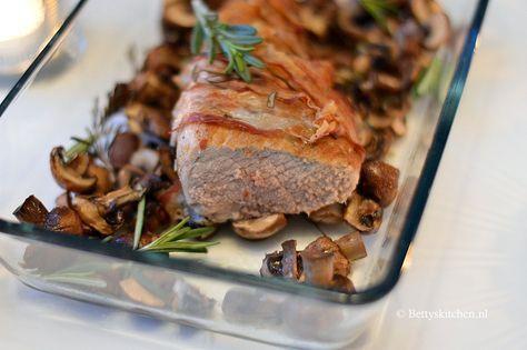 Een klassiek gerecht voor de feestdagen! Een heerlijke varkenshaas uit de oven met spek en champignons! Zo steel jij deze winter de show!