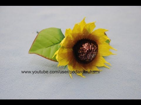 Подсолнух из конфет и бумаги. Подарок своими руками. DIY paper sunflower. - https://www.youtube.com/watch?v=8WHmJShT1ro