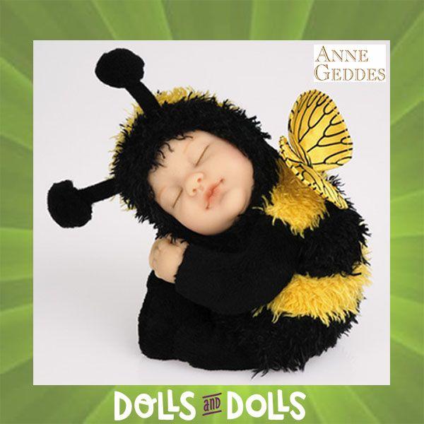 Las #muñecas de #AnneGueddes están inspiradas a partir de fotos de bebés que ella misma ha realizado.  Bonita #muñeca con un precioso traje de abeja, de 23 centímetros de largo. Con su cara y manos de vinilo y el cuerpo de relleno para que lo puedas achuchar.  Ternura, paz e inocencia es lo que muestran cada una de las muñecas que forman ésta colección, con las que podrás llenar de originalidad y creatividad cualquier estancia.  #Dolls #Bonecas #Poupées #Bambole #MuñecasDeColección