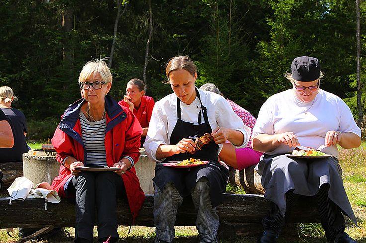 Boka våra stora Timmerhus 65 kvm till din grupp Boka samtidigt catering till grillkåtan