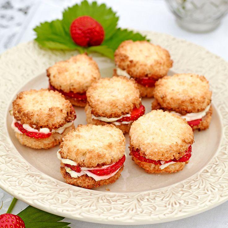 Glutenfria kokoskakor med jordgubbsfyllning.