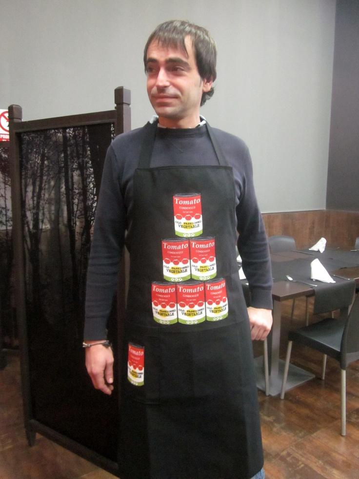 Vintage. Pirámide de latas de tomate.