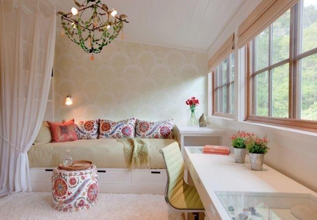 chambre ado fille décorée de coussins et table à motifs exotiques