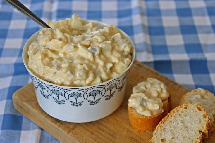 Vejce a brambory protlačíme kolečkem na malé hranolky, přidáme nakrájené okurky, jemně nakrájenou cibuli, majonézu, hořčici, sůl, pepř,...