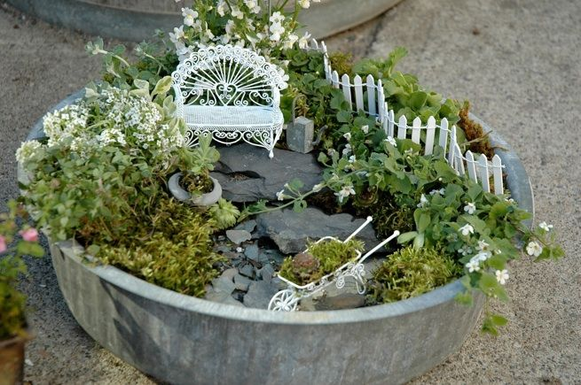 A perfect tiny garden: Gardens Ideas, Little Gardens, Minis Gardens, Miniatures Fairies Gardens, Gardens Art, Minis Jardin, Flower Fairies, Miniatures Gardens,  Flowerpot