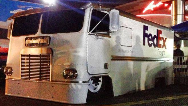 Fedex Truck Gets Slammed By Mobsteel Fedex Has