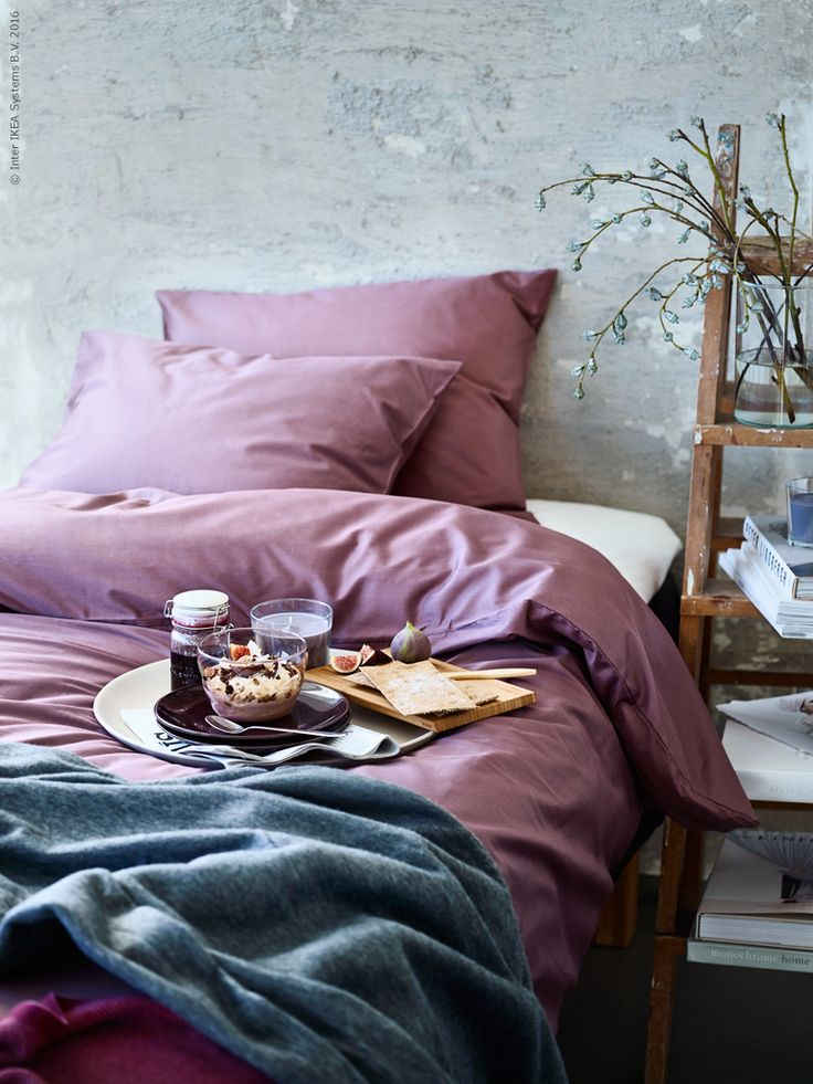 Finns det något härligare än att krypa tillbaka ner i sängen och inta frukosten där en kall vinterdag. Från värmen under täcket kan du njuta de frostigt vackra tonerna utanför fönstret. Här har vi bäddat med det satinvävda påslakanet GÄSPA i mörklila och kombinerat med favoriter i grått. GÄSPA påslakan med örngott, POLARVIDE fleecepläd grå och HENRIKA pläd lila.