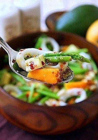 Салат из кальмаров с манго, спаржей и авокадо