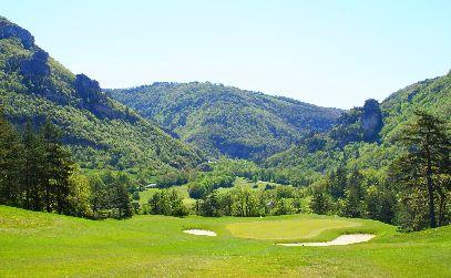 En couple à L'Hôtel Les 2 Rives; profitez ensemble du Green des Gorges du Tarn puis après cette journée faites vous masser, chouchouter et enfermez-vous dans une bulle de tranquillité.# Séjour Lozère #Hôtel Les 2 Rives# golf et détente#