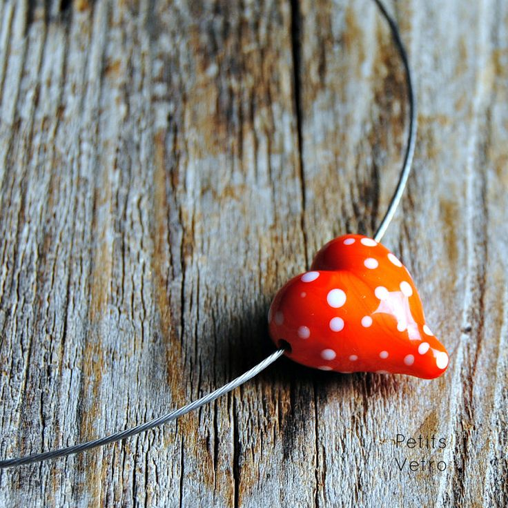 Red white polka dots Heart: collarino con cuore in vetro di murano rosso a pois di LampworkAndMore su Etsy