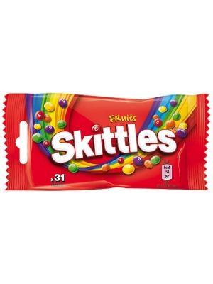 Cukierki do żucia w kruchych cukrowych skorupkach o smaku owocowym. Zawierają skoncentrowane soki owocowe. Skittles na wierzchu są twarde i różnorodne, a w środku kryją zaskakująco mięciutkie i słodkie wnętrze, za którym przepadają wielbiciele na całym świecie.