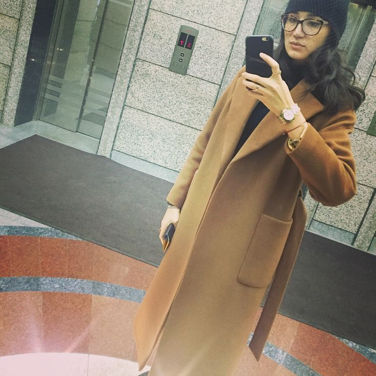 These days, it seems like all our favorite stars are upping their street-style game with a camel coat! Finally, it's completely wearable, since it does fall in the neutral family! ☺👍👓😀