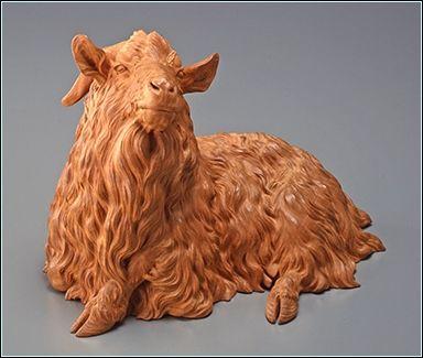 石川光明 (1852-1913)「羊」(遠山記念館所蔵) 宮彫師の家に生まれる。祖父・藤吉は浅草寺雷門を手掛けその名を知られたという。数え3歳で父を、9歳で祖父を亡くし、駒形に住む叔父の家で家業の宮彫を習う。1862年から絵画を狩野寿信に、1886年(慶応2年)からは牙彫を根付師・菊川正光に学ぶ。1881年の第2回内国勧業博覧会出品の「牙彫魚籃観音像」と「嵌入の衝立」はともに妙技二等賞受賞。1882年(明治15年)に同い年の高村光雲と出会い、互いに良き理解者として親交を深めた。彼らは共に、1890年(明治23年)帝室技芸員(10月2日[1])、東京美術学校教授、文部省の美術展覧会審査員などを歴任し、東京彫工会で近代彫刻の発展に尽力した。