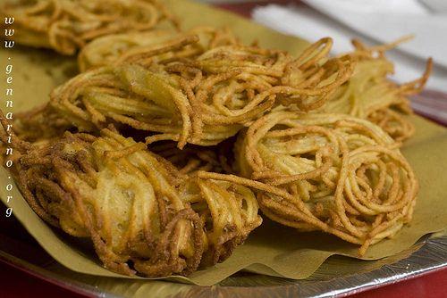 Spaghetti fritti. Cibo da strada tradizionale napoletano/ fried spaghetti in naples