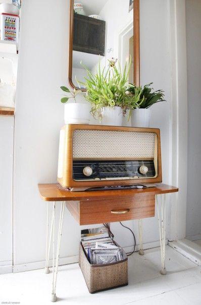 Vaaleaksi maalattu lautalattia ja seinät luovat raikkaan taustan vintagehenkiselle sisustukselle. // Light board floor highlights a beautiful vintage decoration. #vintage #homedecoration #interiordesign