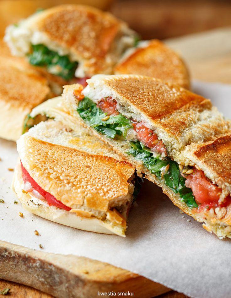 Zgrzewana kanapka z pomidorem, serem kozim i zatarem