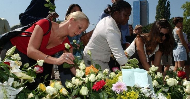 Funcionários da sede da ONU em Genebra, na Suíça, prestam homenagens aos 22 mortos do atentado que atingiu a sede da organização em Bagdá. Entre as vítimas estava o diplomata brasileiro Sérgio Vieira de Mello, que na época ocupava o cargo de representante do secretário-geral da ONU no Iraque