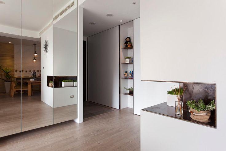 """Dulapul cu uși placate cu oglindă sunt alternativa elegantă la cele """"clasice"""". Avantajul: mărește aparent spațiul, pune în valoare încăperea (în loc să o încarce) și mărește luminozitatea ei."""