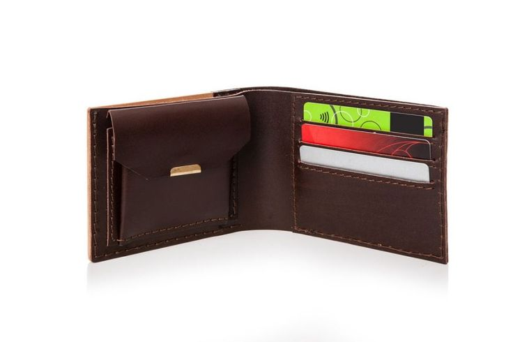 Wooden wallet Virie Virilia outside out. Available in genuine leather and quality beech wood, the Virie Virilia is designed for style-conscious men. The abstract cubical pattern was carefully added to the wood using a special laser technique with every model being finished individually. It feels natural in the hand and is equally as convenient to use, with pockets for bills and coins as well as special compartments for up to 9 cards. Find a lifelong friend with the Virie Virilia and it will…