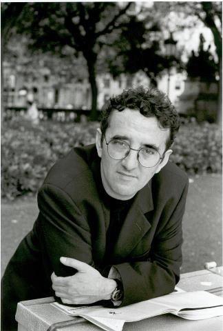 Roberto Bolaño (1953-2003), nacido en Chile, narrador y poeta, se ha impuesto como uno de los escritores latinoamericanos imprescindibles de nuestro tiempo. Para conocer más: http://es.wikipedia.org/wiki/Roberto_Bola%C3%B1o