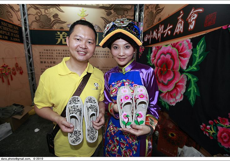 https://flic.kr/p/86Qony | A girl from Minority Qiang in Sichuan Province that sells hand-made shoes in the Temple festival during new year