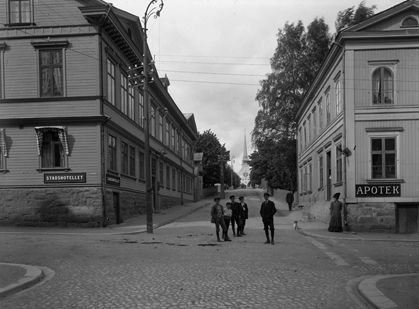 Torggatan- Kyrkogatan i Arvika, 1915 med Stadshotellet till vänster och Apoteket till höger.
