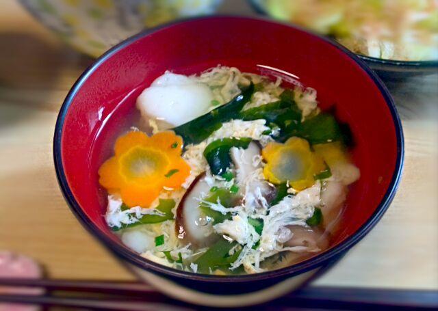 糸よりのすりみをお店で見つけたので、 お吸い物にしてみました。 春だなぁ…! …ちなみに、後は、 サワラの塩焼きと、 セロリのおかか醤油和え、 牡蠣の炊き込みご飯、 菜っぱとお揚げさんの炒め煮 …でした。 - 5件のもぐもぐ - お吸い物 by afisha